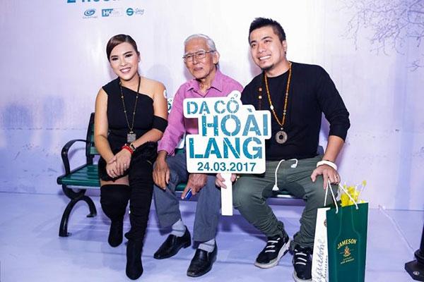 Vợ chồng Wang Trần - Thanh Nhân cùng cha đến chúc mừng đạo diễn Nguyễn Quang Dũng