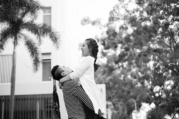 Huỳnh Phúc Thanh Nhân cùng ông xã tình tứ giữa phố